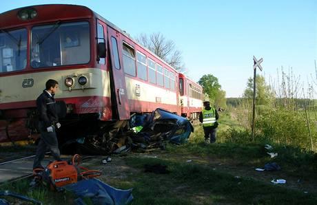 Řidička vjela před vlak, škodovku tlačil po kolejích 200 metrů
